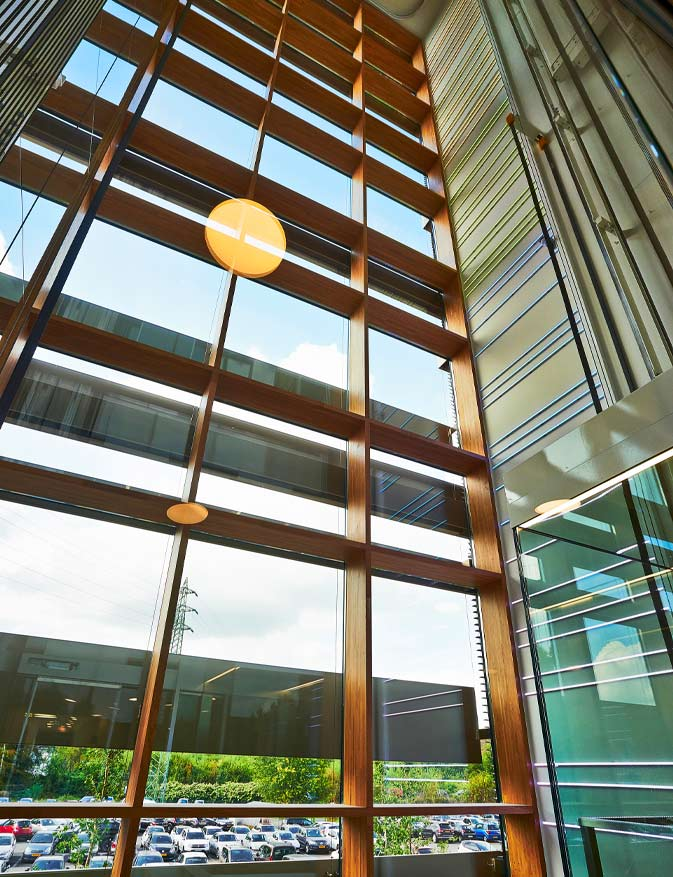 Muro de cortina de madera cien por cien hecho con viga laminada de roble aplicación proyecto sede Enovos Luxemburgo