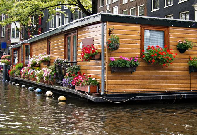 Casa flotante de madera en Amsterdam