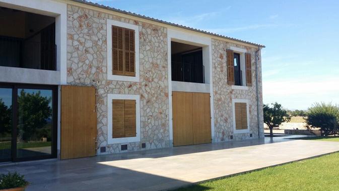 Vivienda en Manacor, puertas y ventanas madera acetilada Accoya