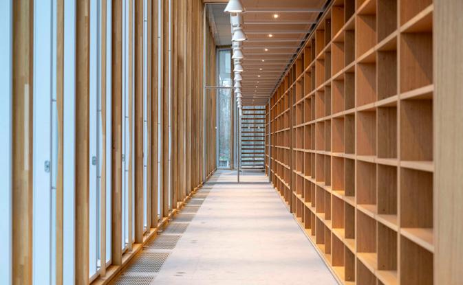 Aplicación muro cortina de madera en la nueva sede del colegio de abogados de París diseñada por Renzo Piano. Vista desde dentro. Construido con la viga laminada de roble VIGAM de Grupo Gámiz