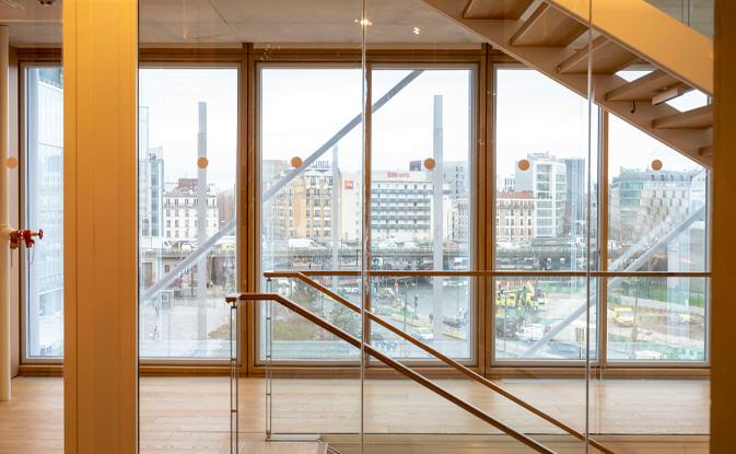 Detalle muro cortina de madera en la nueva sede del colegio de abogados de París diseñada por Renzo Piano. Vista desde dentro. Construido con la viga laminada de roble VIGAM de Grupo Gámiz