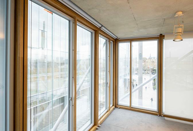 Detalle de la fachada con muro cortina de madera de la nueva sede The Maison de l'Ordre des Avocats diseñada por Renzo Piano. Construido con la viga laminada de roble VIGAM de Grupo Gámiz
