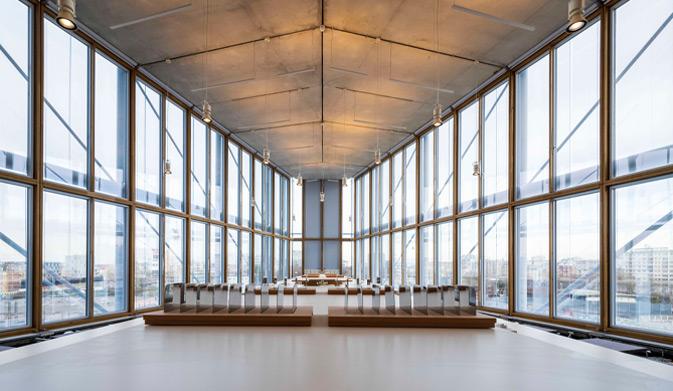 Fachada con muro cortina de madera con vigas laminadas de roble en The Maison de l'Ordre des Avocats París diseñada por Renzo Piano. Construido con la viga laminada de roble VIGAM de Grupo Gámiz