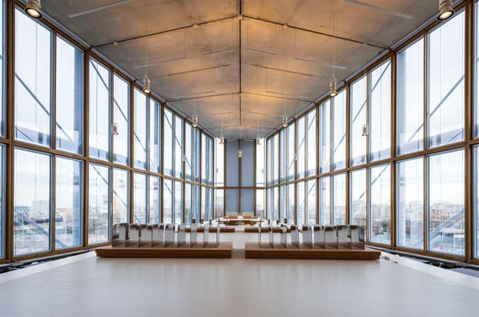 El muro cortina de madera en The Maison de l'Ordre des Avocats del arquitecto Renzo Piano, hace que esta fachada ligera sea algo bello, sostenible y funcional.
